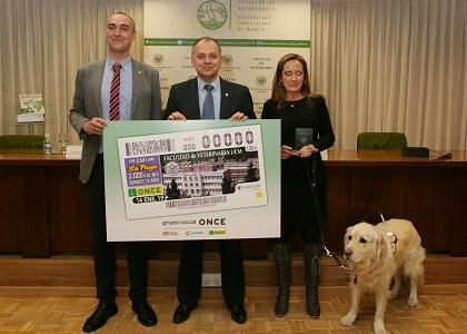 Esteban Sánchez, Pedro Luis Lorenzo y Matilde Gómez, con una copia del cupón dedicado al 225 aniversario de la Facultad de Veterinaria