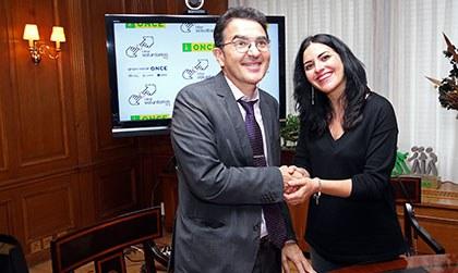 Andrés Ramos y la presidenta de Cibervoluntarios estrechan sus manos tras la firma del convenio