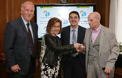 Mª Luisa García entrega el audífono a Jaime Darke junto a Vicente del Bosque y Andrés Ramos