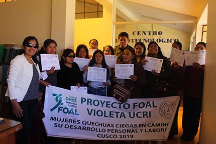Foto familia con cartel del programa FOAL Violeta