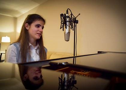 Laura Diepstraten tocando en su piano