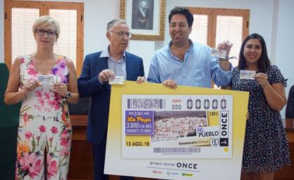 Foto de familia de la presentación del cupón del 13 de agosto dedicado a Benamocarra (Málaga)