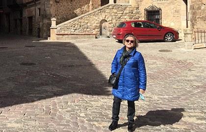 Pilar Calvo, en Albarracín, durante una visita a personas ciegas de la localidad