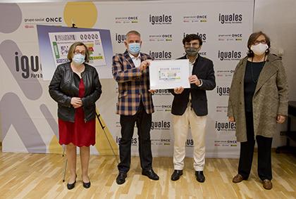 Foto de familia de la presentación del cupón dedicado al Día Internacional para la Erradicación de la Pobreza