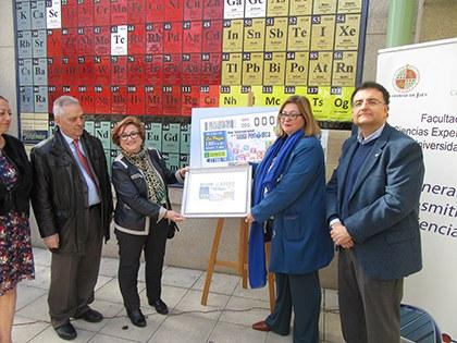 Foto de familia de la presentación del cupón que la ONCE dedica al Año Internacional de la Tabla Periódica