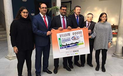 Foto de familia de todos los participantes en la presentación del cupón del 29 de diciembre dedicado al Club de Baloncesto de Utrera