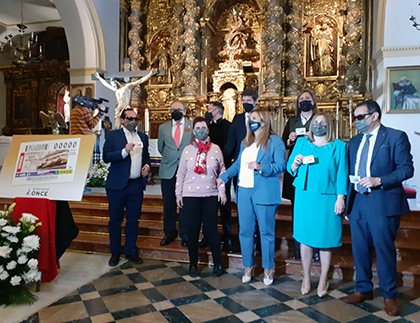 Foto de familia de la presentación del cupón dedicado a la Hermandad del Santo Sepulcro de Baena