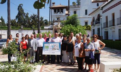 Autoridades y vecinos de Pizarra posan junto a la imagen del cupón del 23 de agosto