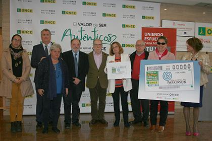Foto de familia de la presentación del cupón de la ONCE dedicado al Día Mundial del Párkinson
