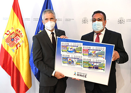 Fernando Grande Marlaska y Miguel Carballeda, con un cartel con las imágenes de los cupones
