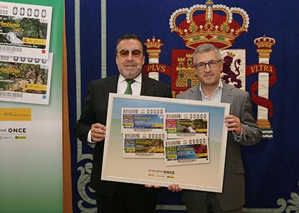 Miguel Carballeda, a la izquierda de la imagen, y Hugo Morán, posan con una lámina que contiene los cupones dedicados a la Semana del Medio Ambiente