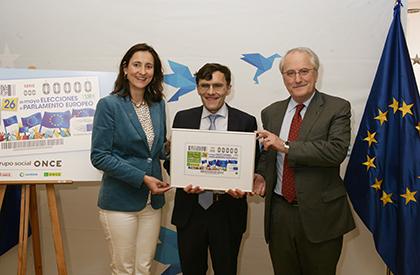 María Andrés, Alberto Durán y Francisco Fonseca, con una imagen enmarcada del cupón que la ONCE dedica a las elecciones al Parlamento Europeo
