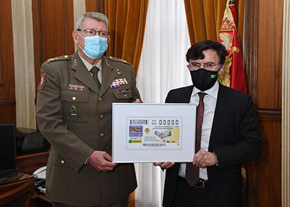 El teniente general Guillermo Manuel Fernández Sáez y Alberto Durán con una lámina enmarcada del cupón