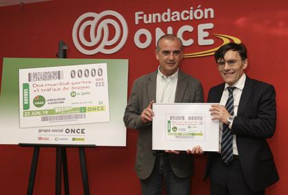 Luciano Poyato y Alberto Durán, con una copia enmarcada de este cupón
