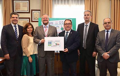 Foto de familia con todos los participantes en el acto de presentación del cupón dedicado a La Tapa