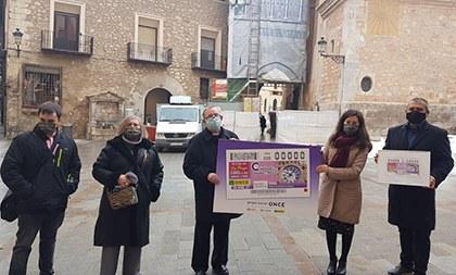 Foto de familia de la presentación del cupón dedicado al reloj de la torre de la Catedral de Teruel