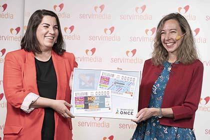 Asunción Montero, a la izquierda, y Patricia Sanz, con la lámina de los cupones dedicados a la X Solidaria