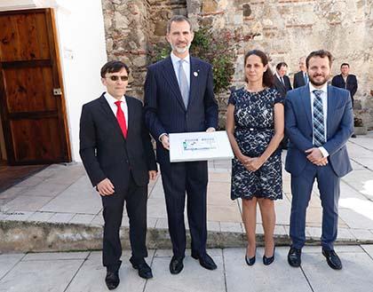 Alberto Durán, Su Majestad el Rey Felipe VI, Ana Peláez y Javier Güemes, con una copia enmarcada del cupón de la ONCE dedicado a la Cumbre Iberoamericana
