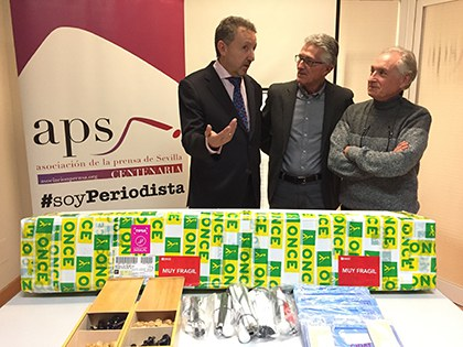 Cristóbal Martínez, de la ONCE, izquierda, entrega el material accesible a Rarafel Rodríguez y José Bejarano