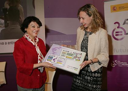 Soledad Murillo y Patricia Sanz, con una copia enmarcada de los cupones dedicados al Día Internacional de la Mujer y la Igualdad Salarial