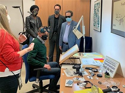 El alcalde de Lleida, Miquel Pueyo, conoce el material y el funcionamiento del Aula de Rehabilitació Visual, con las explicaciones de Mayca Cruz
