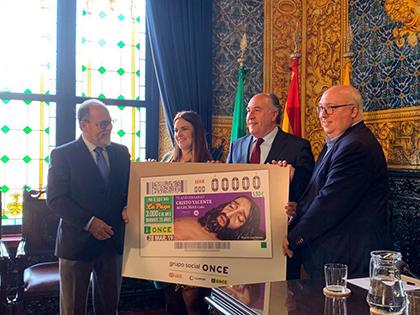 Foto de familia de la presentación del cupón de la ONCE dedicado al 75 aniversario del Cristo Yacente de Algeciras