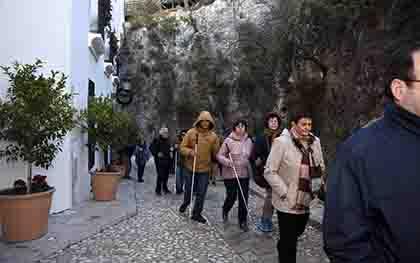 Varios mayores durante una excursión en el programa de Navidad en Familia