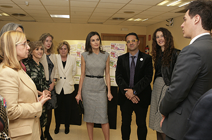 La Reina Letizia, en el centro de la imagen, tras conocer la serie de cupones de la ONCE dedicada a FEDER