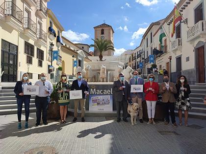 Foto de familia de la presentación del cupón dedicado al mármol de Macael
