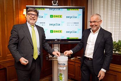 José Pérez y Jorge Íniguez reciclan pilas en un contenedor