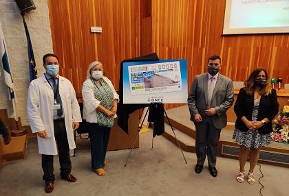 Momento de la presentación del cupón dedicado al hospital Juan Ramón Jiménez