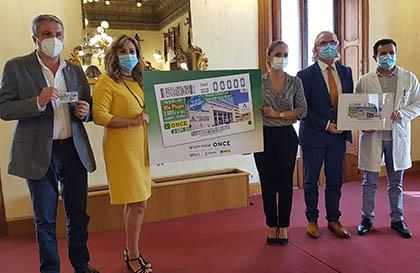 Foto de familia de todos los participantes en la presentación del cupón del Hospital de Torrecárdenas