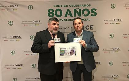 El director de ONCE Granada (izda.) y el alcalde de Galera (drcha.) presentando el cupón
