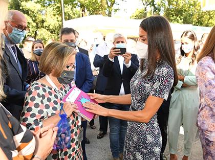 La Reina Letizia toca un libro infantil editado en Braille, relieve y tinta, en presencia de Imelda Fernández, vicepresidenta de la ONCE