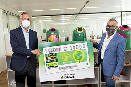 José Manuel Núñez-Lagos y Jorge Íniguez Villanueva, con una copia gigante del cupón de Ecovidrio