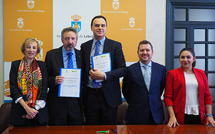 Foto de famiia de la firma del acuerdo entre la ONCE y el Ayuntamiento de Lebrija