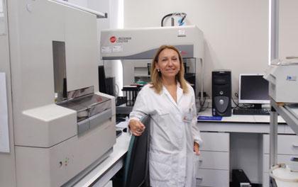 La doctora Carmen Ayuso en su laboratorio