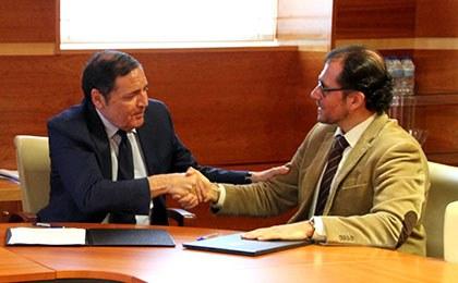 Antonio María Sáez e Ismael Pérez, tras la firma del acuerdo