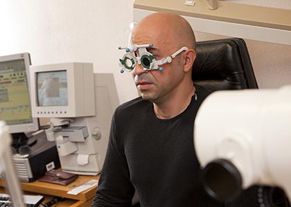 Una persona, durante una revisión ocular