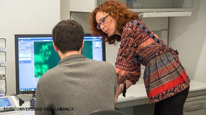 La Dra. Lillo junto a un miembro de su equipo de investigación