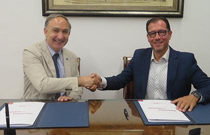 El rector de la UVA y el delegado territorial de ONCE Castilla y León estrechan sus manos