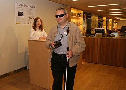 Una persona ciega utiliza una audioguía