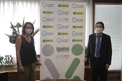 Mercedes Villegas y Andrés Ramos posan tras la firma del convenio