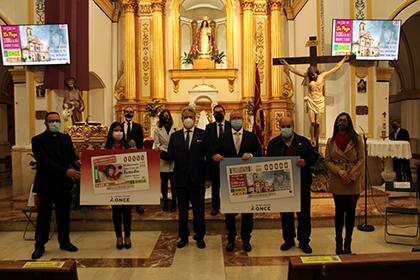 Foto de familia de la presentación del cupón dedicado al centenario de la parroquia de la Virgen del Rosario, de Puente Tocinos