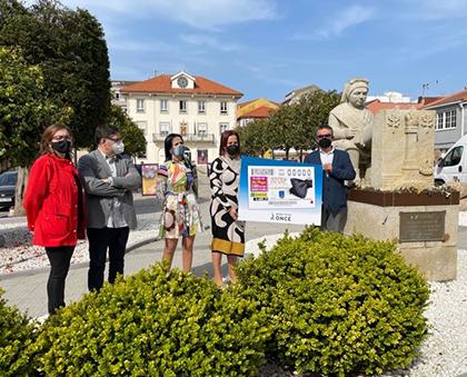 Foto de familia de la presentación del cupón dedicado a la XXX Mostra do Encaixe de Camariñas