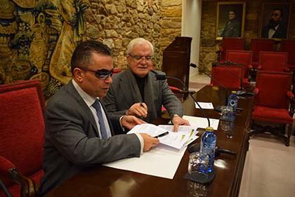 El presidente de la RAG, Víctor F. Freixanes, y el delegado territorial de la ONCE en Galicia, Manuel Martínez Pan, durante la firma del acuerdo