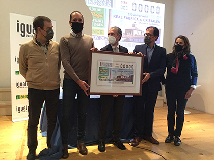 Foto de familia de la presentación del cupón dedicdo al 250 aniversario de la Real Fábrica de Cristales de La Granja