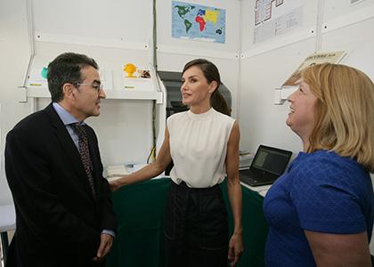 La Reina conversa con Andrés Ramos y Carmen Bayarri, en el estand de la ONCE