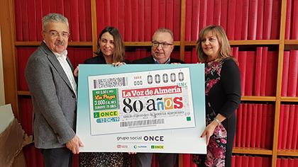 Foto de familia de la presentación del cupón de la ONCE dedicado a los 80 años de La Voz de Almería