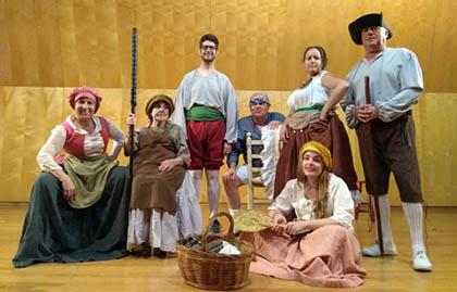 Los actores y actrices de Samaruc posan en uno de los ensayos de las coplas